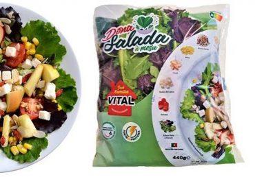 Dona Salada à mesa